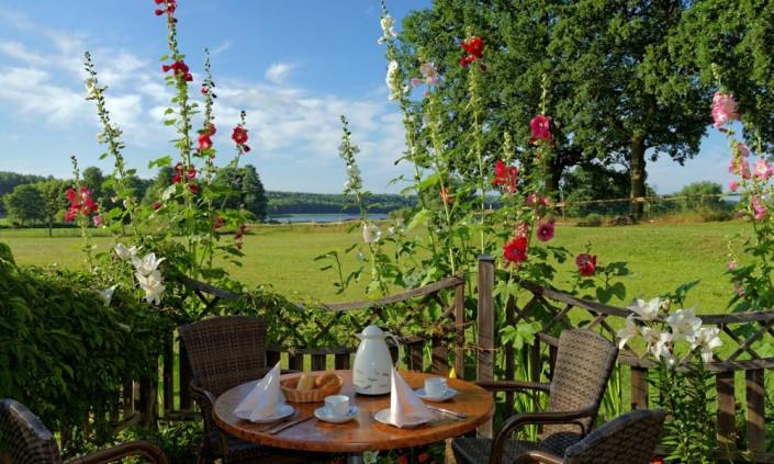 Frühstück auf der Terrasse mit Seeblick
