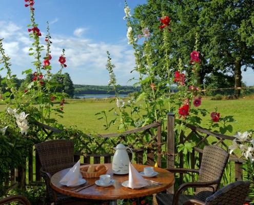 Frühstück mit Seeblick auf der Terrasse
