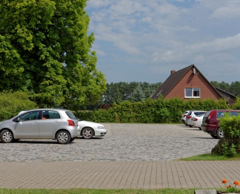 Großer kostenloser Parkplatz des Landhotels *Am Peetscher See*
