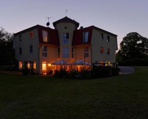 Die Terrasse des Landhotels *Am Peetscher See* am Abend