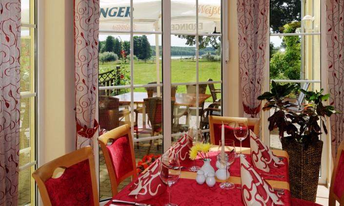 Helles und gemütliches Restaurant mit Seeblick